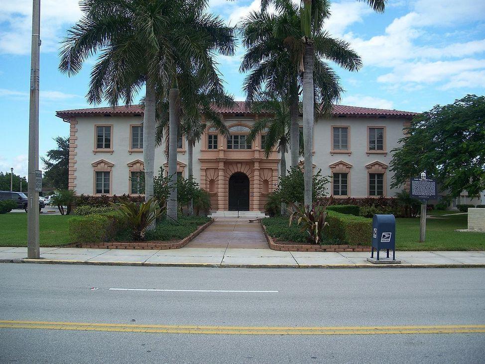 1200px-Lake_Park_FL_Kelsey_City_City_Hall01