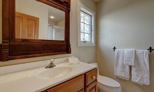 945-brushy-face-highlands-nc-upstairs-bathroom-2