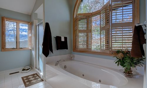 238-crescent-trail-highlands-nc-master-bath-jetted-tub