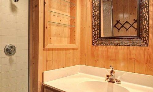 389-deer-run-highlands-nc-second-bathroom