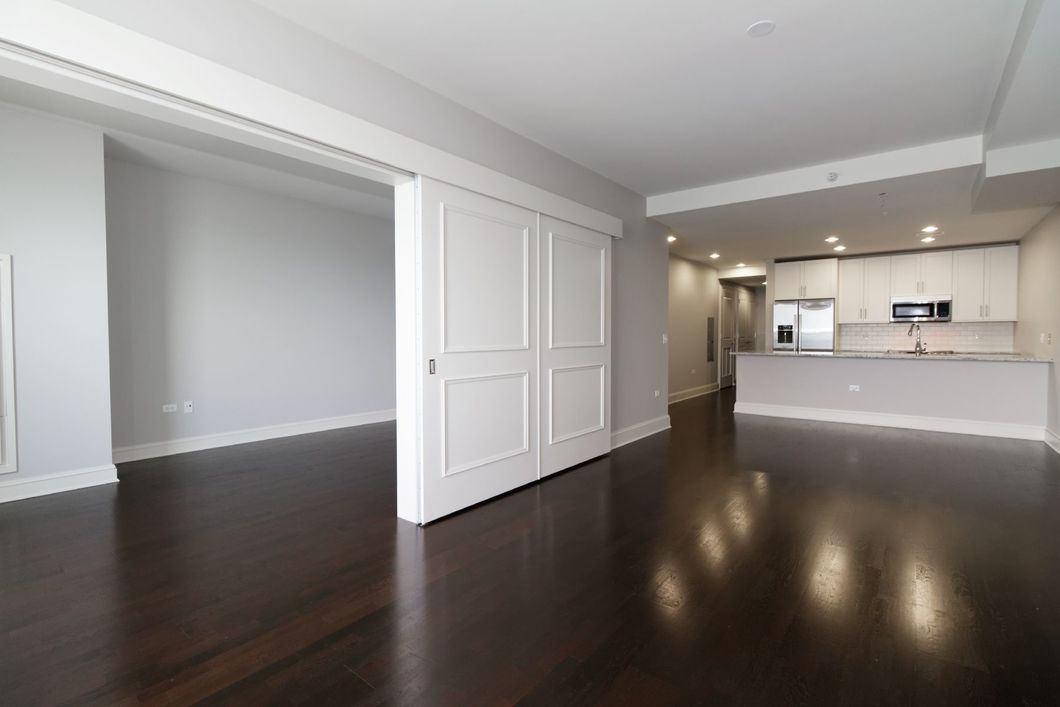 Stunning 2 bed + den | direct lake views | White kitchen | Granite | In-Unit Laundry | Amenities