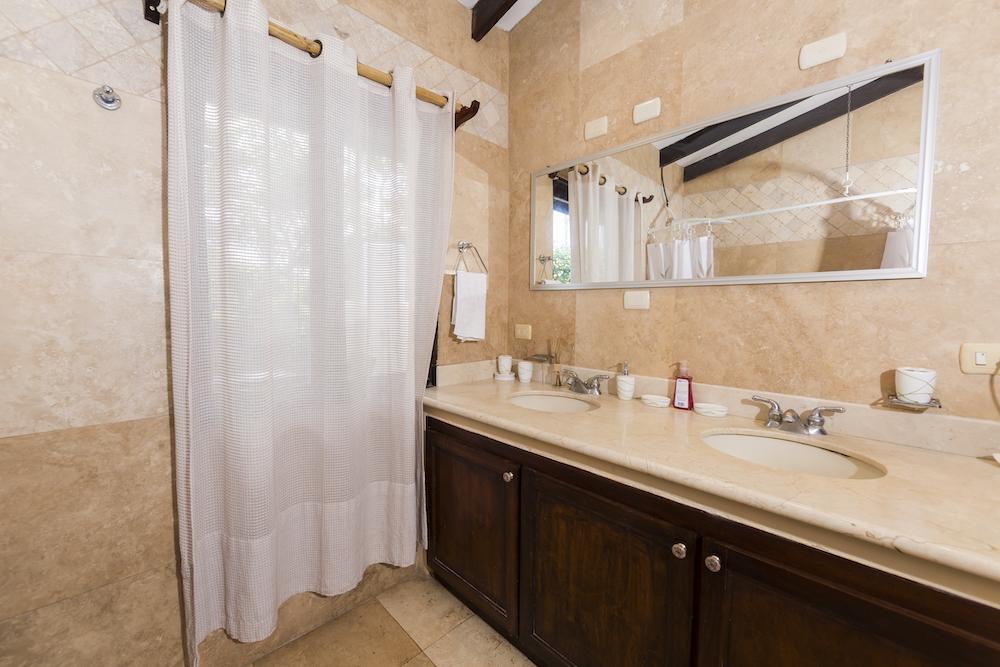 4 bedrooms great rental property playa grande costa for Bella bathrooms