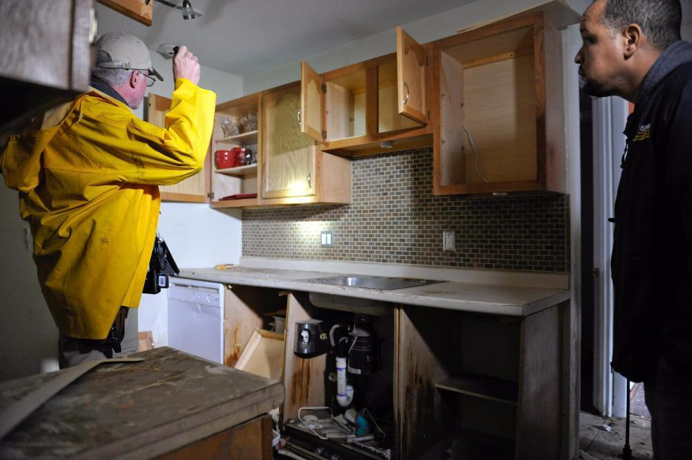fema_-_43625_-_a_home_inspectors_with_the_media_in_rhode_island